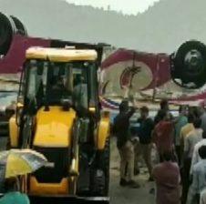 गुजरात: खाई में बस गिरने से 21 लोगों की मौत, PM ने जताया दुख