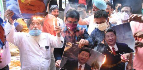 धनबाद में मोटर डीलर एसोसिएशन के द्वारा शी जिनपिंग का पोस्टर जलाया