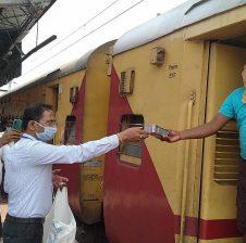 रेलवे की ओर से यात्रियों को उपलब्ध कराया गया फूड पैकेट, पानी एवं बच्चों के लिए दूध