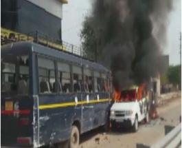 राजस्थान में गुर्जर आंदोलन हुआ हिंसक, पुलिस वैकिल को फूंका, हवाई फायरिंग व पथराव