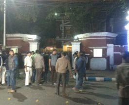 सारधा चिटफंड मामले की जांच कर रही सीबीआई दफ्तर को कोलकाता पुलिस ने घेरा