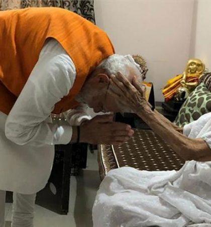 प्रधानमंत्री नरेंद्र मोदी ने जन्मदिन पर माता के पांव छुए, आशीर्वाद में मां ने दिए 501 रुपये