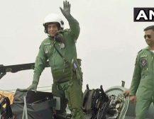 डिफेंस मिनिस्टर ने तेजस से उड़ान भरी, कहा- अद्भुत और शानदार अनुभव