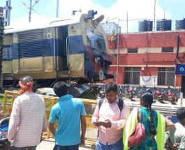 जसीडीह स्टेशन पर बैद्यनाथधाम-जसीडीह पैसेंजर ट्रेन बैरियर तोड़कर बाहर निकली